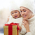 gelukkig · moeder · kind · meisje · geschenkdoos · vakantie - stockfoto © choreograph