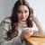 笑顔の女性 · セーター · 茶 · ウィンドウ · 見える · カメラ - ストックフォト © deandrobot