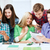 Öğrenciler · bakıyor · akıllı · telefonlar · eğitim · teknoloji - stok fotoğraf © dolgachov