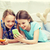 笑みを浮かべて · スマートフォン · ホーム · 友情 · 技術 - ストックフォト © dolgachov