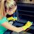 女性 · 洗浄 · オーブン · キッチン · 小さな · 幸せ - ストックフォト © dolgachov