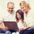 笑みを浮かべて · 家族 · ノートパソコン · ホーム · 幼年 · 技術 - ストックフォト © dolgachov