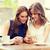 fiatal · nők · okostelefonok · kávé · kávézó · technológia · életstílus - stock fotó © dolgachov