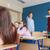 Öğrenciler · arkasında · sınıf · arkadaşı · geri · okul - stok fotoğraf © dolgachov