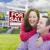 gelukkig · jonge · familie · uitverkocht · onroerend · teken - stockfoto © feverpitch