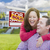 glücklich · jungen · Familie · verkauft · Immobilien · Zeichen - stock foto © feverpitch