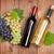 rosso · vino · bianco · bottiglie · uve · tavolo · in · legno - foto d'archivio © karandaev