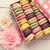 colorido · caixa · de · presente · rosas · rosa · flores · mesa · de · madeira - foto stock © karandaev