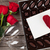 día · de · san · valentín · tarjeta · de · felicitación · vino · tinto · botella · caja · de · regalo · mesa · de · madera - foto stock © karandaev
