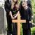familie · rouw · graf · begraafplaats · kerkhof · bloemen - stockfoto © kzenon