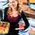 女性 · パン · 製菓 · トレイ · ケーキ - ストックフォト © kzenon