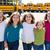 学校 · 女の子 · 友達 · 徒歩 · スクールバス - ストックフォト © lunamarina