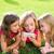 子供 · 友達 · 女の子 · 演奏 · インターネット · スマートフォン - ストックフォト © lunamarina