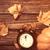 vecchio · sveglia · rustico · tavolo · in · legno · arrugginito · nero - foto d'archivio © massonforstock