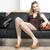 女性 · 着用 · ハンドバッグ · 座って · ソファ · 靴 - ストックフォト © phbcz