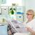 ocio · retrato · mujer · lectura · periódico - foto stock © pressmaster