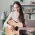 美しい · 若い女性 · 座って · ソファ · 演奏 · ギター - ストックフォト © stokkete