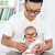 délkelet · ázsiai · férfi · szemüveg · ül · kanapé - stock fotó © szefei