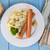 ソーセージ · ポテトサラダ · 赤 · 緑 · 玉葱 · キュウリ - ストックフォト © user_9870494