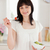 vonzó · barna · hajú · női · eszik · koktélparadicsom · tart - stock fotó © wavebreak_media