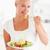 女性 · 食べ · サラダ · キッチン · 食品 · 笑顔 - ストックフォト © wavebreak_media