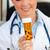 jóvenes · femenino · médico · mirando · pastillas - foto stock © wavebreak_media