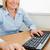 sonriendo · mujer · de · negocios · manos · ratón · teclado · oficina - foto stock © wavebreak_media