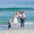 家族 · 徒歩 · 砂 · ビーチ · 愛 · 幸せ - ストックフォト © wavebreak_media