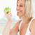 jóvenes · mujer · sonriente · viendo · verde · manzana · cocina - foto stock © wavebreak_media