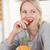 feliz · mujer · comer · fresa · alimentos - foto stock © wavebreak_media