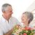 jubilado · mujer · ramo · flores · casa · salón - foto stock © wavebreak_media