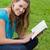 jeunes · heureux · femme · regarder · caméra · lecture - photo stock © wavebreak_media