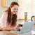 笑顔の女性 · クレジットカード · 情報 · コンピュータ · インターネット · ホーム - ストックフォト © wavebreak_media