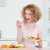 charmant · blonde · vrouw · eten · groenten · keuken · vrouw - stockfoto © wavebreak_media