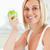 jóvenes · mujer · sonriente · verde · manzana · mirando - foto stock © wavebreak_media