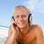 jóvenes · hombre · escuchar · música · auricular · playa - foto stock © wavebreak_media