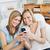 女性 · 携帯電話 · ホーム · リビング · 笑顔 - ストックフォト © wavebreak_media