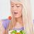 mujer · sonriente · mesa · cocina · alimentos · casa · frutas - foto stock © wavebreak_media