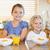 mosolyog · testvérek · reggeli · mögött · konyhapult · étel - stock fotó © wavebreak_media