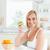 jóvenes · mujer · rubia · verde · manzana · sonriendo - foto stock © wavebreak_media