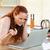 女性 · キッチン · 見える · ノートパソコン · コンピュータ - ストックフォト © wavebreak_media