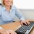 sonriendo · mujer · de · negocios · manos · ratón · teclado - foto stock © wavebreak_media