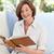 vieja · lectura · libro · mujer · casa · feliz - foto stock © wavebreak_media