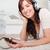 prachtig · brunette · vrouw · luisteren · naar · muziek · mp3-speler · tapijt - stockfoto © wavebreak_media