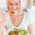 mujer · rubia · comer · ensalada · cocina · feliz · salud - foto stock © wavebreak_media