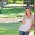 女性 · ツリー · 屋外 · 笑い · 草 - ストックフォト © wavebreak_media
