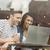 sonriendo · amigos · bebida · caliente · usando · la · computadora · portátil · Servicio · Universidad - foto stock © wavebreak_media