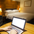 usando · laptop · quarto · de · hotel · luxuoso · negócio · mão · internet - foto stock © ymgerman