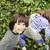 iki · genç · kız · arkadaşlar · oturma · açık · havada · oynama - stok fotoğraf © zurijeta